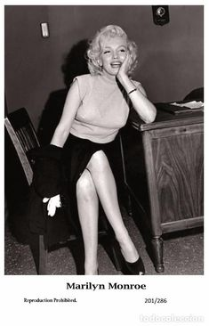 MARILYN MONROE - Film star Pin Up PHOTO POSTCARD- Publisher Swiftsure 2000 (201/286)