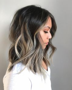 Hair with blonde highlights, balayage long bob, long bob brunette, dark roo Long Bob Balayage, Balayage Hair Blonde, Partial Balayage, Haircolor, Medium Hair Styles, Curly Hair Styles, Cabelo Ombre Hair, Brown Blonde Hair, Brown Lob
