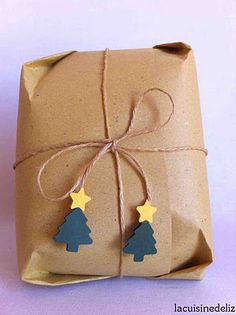 brown paper package tied up with string with a little embellishment attached to the ends Creative Gift Wrapping, Creative Gifts, Pretty Packaging, Gift Packaging, Christmas Gift Wrapping, Christmas Gifts, Simple Christmas, Christmas Tree, Fiestas Party