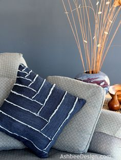 DIY Pillows and Fun Pillow Projects - DIY Old Blue Jeans Pillow - Creative, Decorative Cases and Cov. Diy Throws, Diy Throw Pillows, Sewing Pillows, Decorative Pillows, Handmade Pillows, Jean Crafts, Denim Crafts, Patchwork Pillow, Quilted Pillow