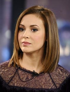 We've gathered our favorite ideas for Alyssa Milano Beautiful Short Hairstyles And Hair Color, Explore our list of popular images of Alyssa Milano Beautiful Short Hairstyles And Hair Color in alyssa milano long hair straight bangs. Alyssa Milano Hair, Alyssa Milano Charmed, Allysa Milano, Side Haircut, Hair Frizz, Hair Color And Cut, New Hair, Girl Hairstyles, Brown Hairstyles