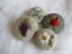 브로치를 또 만들어요~ 전천후...ㅋㅋ가방장식도 되고... 천연염색 옷의 단순함을 장식하려고 만들었는데티... Embroidery Applique, Beaded Embroidery, Embroidery Stitches, Embroidery Patterns, Lace Beadwork, Brazilian Embroidery, Cutwork, Hobbies And Crafts, Mask Design