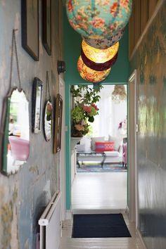 Miroirs et lampions dans une entrée bohème.