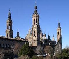 Aquí tenemos la Basílica de Nuestra Señora del Pilar, ubicada en Zaragoza y destaca por su complicada construcción.