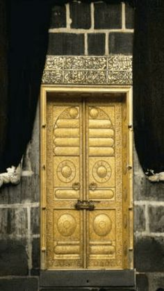 Ka'bah Door made of solid Gold inside al-Masjid al-Haram in the City of Makkah Saudi Arabia Mecca Kaaba, Mecca Wallpaper, Allah, Masjid Al Haram, Mekkah, Beautiful Mosques, Islamic Architecture, Architecture Design, Madina