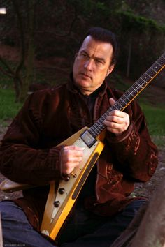 And here I thought the last guitar picture of him couldn't get any better. Aids In Africa, Steven Seagal, Weak Men, Indian Pictures, The Expendables, Stevie Wonder, Aikido, Movie Photo, Music Tv