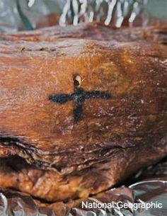 13- Cadáver preservado mostra tatuagem que marca local machucado no corpo humano. Acredita-se que o local foi marcado para fins medicinais, mapeando dores frequentes.