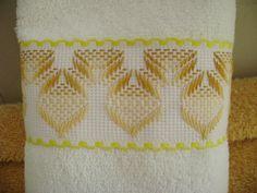 He estado bordando unos juegos de 3 toallitas faciales decoradas con una cenefa de cuadrillé bordada en yugoslavo; esta es una de las toallitas
