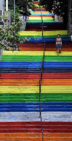 LES ESCALIERS ARC-EN-CIEL, ISTANBUL, TURQUIE  Hüeyin Cetinel un retraité de 64 ans habitant près de ces marches, a décidé un beau jour de les repeindre à son goût. Une plainte d'un voisin a suffi à ce que la municipalité redonne la couleur grise originelle des escaliers. Mais quelques jours plus tard, les avis positif relatif à cette démarche artistique ont permis de redonner de la couleur à la ville, en colorant d'autres escaliers.