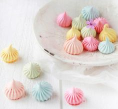 How to make easy, pretty meringues (decor8blog).