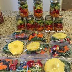 Primeira camada: Adicione ingredientes que não vão absorver totalmente o seu molho, eu coloquei cenouras e grão de bico,  2,Próximas camadas: eu coloquei tomate cereja e morango. 3 E última camada, coloquei alface normal.. Fechei a jarra, e coloque na geladeira.  Saquinhos do suco:  Abacaxi, couve,cenoura, morango e gengibre