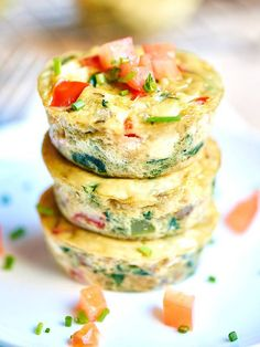 I love that these healthy egg muffin cups can be made in advance. These muffin cups have less than 50 calories per muffin and are packed with vegetables, so eat up and serve with some toast, your morning coffee, yogurt, etc! Breakfast And Brunch, Breakfast Recipes, School Breakfast, Breakfast Healthy, Healthy Egg Muffin Cups, Breakfast Cups, Breakfast Calories, Indian Breakfast, Breakfast Snacks