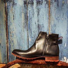 Boots Eric en veau noir à découvrir en septembre sur jourferieparis.com #shoes #sealove #shoelove #bretagne #formen #forgirls #finistere #frenchshoes #jourferieparis #jourferie #jourferieparisshoes #boots #wintershoes #onorder