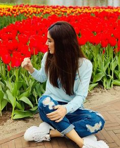 Maya Ali, Sunflower Wallpaper, Stylish Girl Images, Pakistani Actress, Girls Dp, Girls Image, Beautiful Actresses, Girl Pictures, Mom Jeans