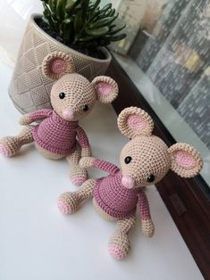 Amigurumi Mouse in Overalls (Free Pattern) – Amigurumi Free Patterns And Tutor. : Amigurumi Mouse in Overalls (Free Pattern) – Amigurumi Free Patterns And Tutorials Crotchet Patterns, Crochet Amigurumi Free Patterns, Crochet Animal Patterns, Crochet Patterns Amigurumi, Crochet Dolls, Crochet Disney, Crochet Mouse, Knit Or Crochet, Cute Crochet