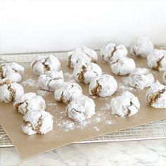 Boules de neige à la noisette, pour 48 biscuits : 200g de poudre de noisette 160g de sucre glace 40g de blanc d'œuf (plus d'un blanc d'œuf) 100g de sucre glace pour la déco