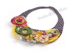 Collier avec base en tissu petit pois violet décoré d'hydrosoluble et de boutons bois et nacre : Collier par joelesbiscottos