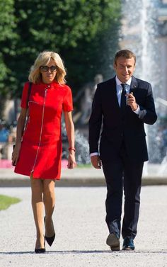 The French First Lady, Madame Brigitte Macron, ushers in a new sensibility, focused on silhouettes. 80s Theme Party Outfits, French First Lady, 10 Item Wardrobe, First Ladies, Saint Yves, Emmanuel Macron, Fashion Couple, Women Life, Fashion Photo