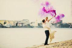 カラースモークで魅せるオシャレな結婚式の写真アイディア