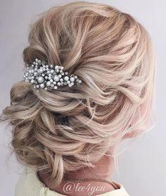 Lose Hochsteckfrisur für Hochzeit – Twisted Blonde Bun mit Perlen Griff