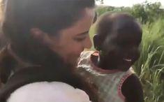 Kalpleri Isıtan Sevgi: Sevginin Dili Yok.    Afrika'ya yardım götüren gönüllü grubun içinde ki bayanın afrika'lı çocukla yaptığı sevgi dolu sohbet duygulandırdı.    Çocuklar sevgiye muhtaç varlıklar. Sevgi görmek, gülmek, oynamak, iyi şartlara sahip olmak, eğlenmek ve beslenmek o Africa
