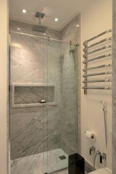 elegante-este-banheiro-com-apenas-3m-da-mattos-arquitetura-tem-cuba-esculpida-em-marmore-carrara-feita-sob-projeto-que-evita-bancadas-profundas-falam-fernanda-e-maria-mattos-1427141457468_333x500.jpg (333×500)
