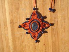 Collier macramé constituée d'une pierre semi précieuses labradorite, de perles de lapis lazuli et d'un tissage de couleurs orange et bleu. Propriétés : La labradorite est un - 19568331