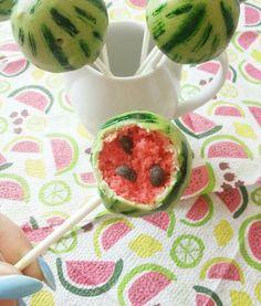 Nie tylko wyglądają jak egzotyczne owoce, ale dzięki aromatowi spożywczemu, również tak smakują. Można śmiało powiedzieć, że to w 100% słodkie arbuziki. #mistrzowiewypiekow #cakepops #watermelon #diy #inspirations#party
