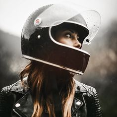 Moto Girl rockin' her Biltwell Gringo S helmet 👍 Motorbike Girl, Motorcycle Gear, Women Motorcycle, Lady Biker, Biker Girl, Sr500, Bike Photoshoot, Motorcycle Photography, Biker Chick