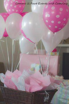 Recordatorios para baby shower ubicados en los centros de mesa con globos. #RecordatoriosBabyshower