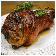 Χειμωνιάτικο φαγητό, το χοιρινό κότσι γίνεται λουκούμι με την τραγανή πέτσα του, που αλείφουμε με πετιμέζι δίνοντας της γλυκιά γεύση. Συνοδευμένο με πατάτες ή ρύζι είναι ένα πλήρες γεύμα που ταιριάζει στο εορταστικό μας τραπέζι   ΜΕΡΙΔΕΣ: 2 ΑΤΟΜΑ ΧΡΟΝΟΣ ΠΡΟΕΤΟΙΜΑΣΙΑΣ: 5 ΛΕΠΤΑ ΧΡΟΝΟΣ ΨΗΣΙΜΑΤΟΣ: 3