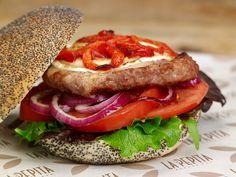 Pepita Burguesa | Burger de cordero, pimiento asado, queso de cabra gratinado, lechuga, tomate y cebolla roja.