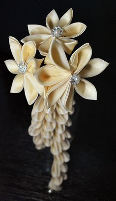 Japanese hair accessory for kimono -kanzashi- by SAKAE Ribbon Art, Diy Ribbon, Ribbon Crafts, Flower Crafts, Fabric Crafts, Cloth Flowers, Diy Flowers, Flowers In Hair, Fabric Flowers