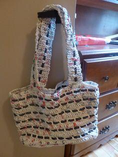 Sac crocheter avec des lanières de sac de plastique de supermarché (IGA). J'ay ai mis des rubans. Chantal Laroche août 2014