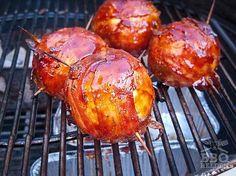 De appelbom wordt een hit op elke barbecue. Een zoet, hartig en machtig toetje dat geweldig zal smaken aan het eind van elk barbecuefeestje.