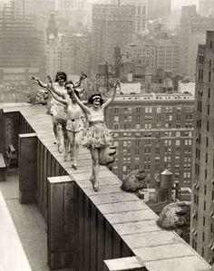 Los bailarines están bailando en la azotea de un rascacielos en Nueva York, 1925.