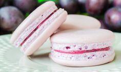 Recept na výborné makronky. Jedná se o francouzské pusinky s výtečným mandlovým nádechem, které jsou spojené chutným krémem. Zkuste tuto lahůdku, která se rozplývá na jazyku. Macaroon Cake, Cheesecake Brownies, Cupcakes, Mini Cheesecakes, Happy Foods, Macaroons, Pavlova, Sweet Tooth, Food And Drink
