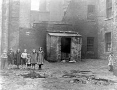 Barefooted children in the dirty and damp streets of the Gorbals, Glasgow, 1912 (Photo: Tony Currie) Gorbals Glasgow, The Gorbals, Old Pictures, Old Photos, Scottish Islands, Old Street, Old London, Slums, Vintage Photographs