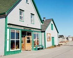 Le Café de La Grave, situé dans l'ancien berceau de l'industrie de la pêche, inscrit depuis plus de 30 ans les saveurs locales au menu. #ilesdelamadeleine Belle Magazine, Grave, Canada, Montreal, Places Ive Been, Mercedes Benz, Menu, Culture, Mansions