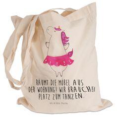 Tragetasche Einhorn Ballerina aus Baumwolle Natur - Das Original von Mr. & Mrs. Panda. Diese wunderschöne weiße Tragetasche von Mr. & Mrs. Panda im Jutebeutel Style ist wirklich etwas ganz Besonderes. Mit unseren Motiven und Sprüchen kannst du auf eine ganz besondere Art und Weise dein Lebensgefühl ausdrücken. Über unser Motiv Einhorn Ballerina Unser Ballerina-Einhorn ist das beste Geschenk für Freunde, die gerne tanzen. Völlig egal, ob als Ballett-Tänzer, Standardtänzer oder wild auf einer…