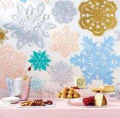 Diy Christmas Party Decor Beautiful How to Make Paper Snowflakes Diy And Crafts Sewing, Crafts To Sell, Diy Crafts, Paper Crafts, Foam Crafts, Paper Paper, Martha Stewart, Snowflake Decorations, Christmas Decorations