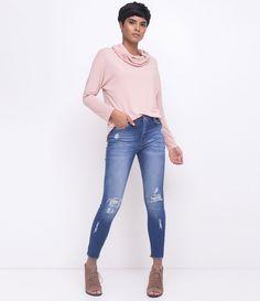 Calça feminina Modelo skinny Com puídos Com detalhes vazados Marca: Marfinno Tecido: Jeans Composição: 98% algodão, 2% elastano Modelo veste tamanho: 36 Medidas da modelo: Altura: 1,75 Busto: 79 Cintura: 60 Quadril: 86 COLEÇÃO VERÃO 2018 Veja mais opções de blusas femininas .