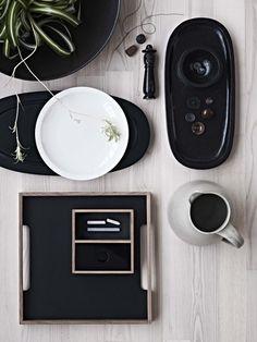 Fatet i stentøy er håndlaget i Nepal. Det ovale svarte brettet er laget i mangotre, Materdesign.com, og står i fin kontrast til den hvite keramikktallerkenen, som er håndlaget i Thailand, Fairtrading.dk.