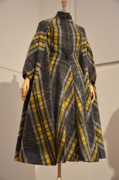 Cape from the Madame Grès exhibit at the Musée Bourdelle in Paris. I love the sleeves! Madame Gres, 1950s Fashion, Vintage Fashion, Miss Pandora, Louise Ebel, Vintage Dresses, Vintage Outfits, Traditional African Clothing, Mode Mantel