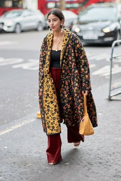 The Latest Street Style From London Fashion Week Love this! Colirs and floral. The Latest Street Style From London Fashion Week Look Fashion, Trendy Fashion, Winter Fashion, Womens Fashion, Fashion Trends, Fashion Mode, Classy Fashion, Cheap Fashion, Fashion Stores