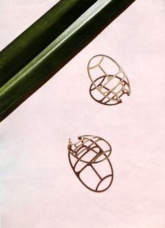 Boucles d'oreilles Scarabée jumbo size, en or, 18 carats, collection WISH - Ginette NY - Photo Paul & Henriette - Magazine Jalouse n°182 Juillet-Août 2015 Boucles d'oreilles Scarabée jumbo size, en or, 18 carats,