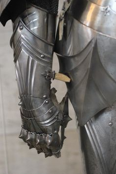 gauntlets up close. Medieval Knight, Medieval Armor, Medieval Fantasy, Armadura Medieval, Arm Armor, Body Armor, Fullmetal Alchemist, Costume Armour, Armor Clothing