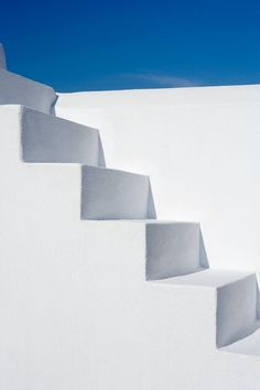 Palimpsest designed the Vacation House Villa Fabrica in Santorini using the spatial qualities of a complex operated for the production of wine and tsipouro. Minimalist Architecture, Architecture Design, Santorini Luxury Hotels, Escalier Art, Greek Blue, Luxury Holidays, White Aesthetic, Belle Photo, Stairways