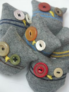 Socken-Eulen Smart Women Never Go for Boring Socks, Do You? They say that socks outline one-s charac Sock Crafts, Fabric Crafts, Fun Crafts, Sewing Crafts, Crafts For Kids, Button Art, Button Crafts, Craft Projects, Sewing Projects