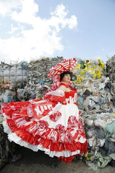 Foto gemaakt door Gratis Scheper (3) . Materials plastic shopping bag dress. Jurk is gemaakt van de plastic zakken van de supermarkt. Fantasy Corset simplicity 2621